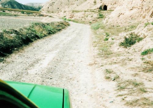 直に平らに慣らした地面や家などが現れた。<br />運転手曰わく農家と畑で、平地に石が敷き詰めてあるのは、夏は畑の水分蒸発を防ぐ為で、冬場は地熱の保温効果を得る為だそうだ。<br />窯洞も見える。<br />