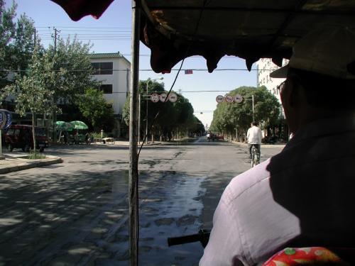 まずは家の前で三輪バイクを拾って乗り込んだ。<br />面館は同じ市内にあるので、2元で現着出来る。<br />