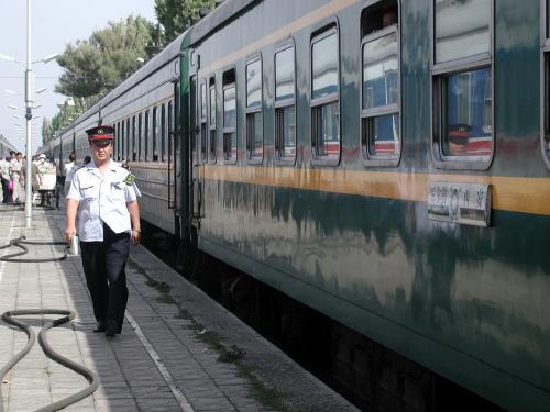 トマトやキュウリもその代表で、それらとミカンやバナナ等なら判るんですが、マスクメロンより大きなメロンを持って歩くのはちょっと・・・(ーー;<br /><br />向かいにいた、庫爾勒(コルラ)−西安間の列車。