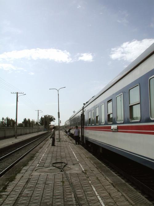 駅では乗務員の女性が音楽に合わせて踊っていた。踊った後、列車に向かって逆立ち・・・<br />遠くに見えています。