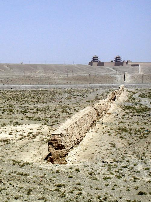 嘉峪関から更に西へ伸びてきている万里の長城。<br />ここで鉄道で切れているが、もう一寸先まである。<br />そこで万里の長城は終わる。(最西端)