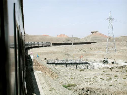 我々の列車と、烏魯木齊方面行きの貨物がすれ違った所。