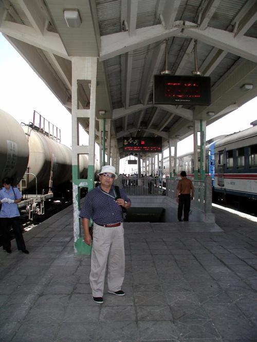 嘉峪関駅に到着!<br />プラットホームにて。<br />これから帰りの切符の手配に頑張る。<br />息子達は蘭州、我々は敦煌へ戻るのだ。<br />