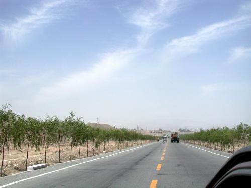 嘉峪関までの道路。一回L字に曲がったら到着。<br />ほんの7kmほど。