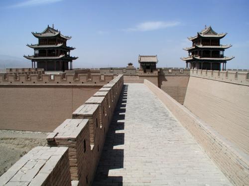 城廓の南端側を歩く。<br />見えている楼閣は、左が西端、右が中央。<br />