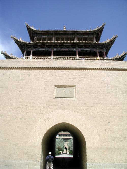 到着。両サイドに城廓へ登る階段がある。<br />ちなみに、このゲートの先を行くと、中央,東端楼閣で囲まれた城廓内に入る。<br />