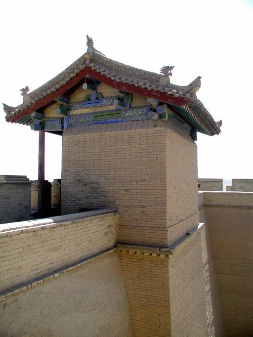 そのまま南方向へ向かうと、城廓の角にある見張り台脇に、曰く由縁のある煉瓦が見える。<br />