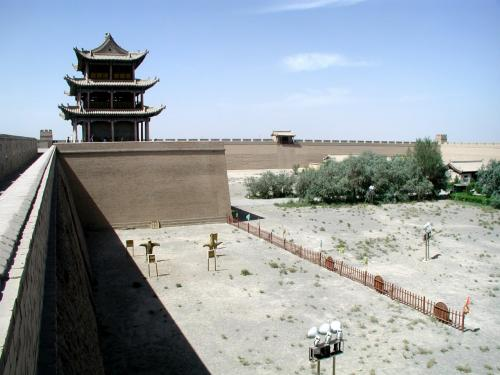 その煉瓦のある見張り台から内側を臨む。<br />中央楼閣の側面。(南側)<br />