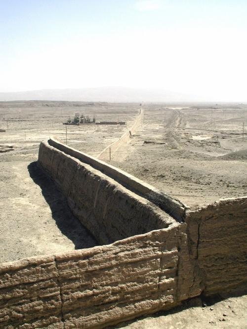 そこから城外を見ると、先程列車から見えた万里の長城西端が見られる。<br />