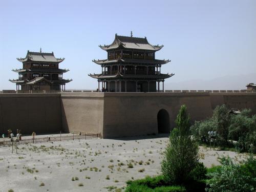 中央と西端の楼閣。<br />城内の左に見えるのは弓の射的。20元なり。<br />