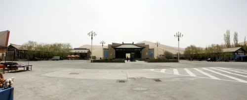 鳴沙山月牙泉風景区正面。<br />写真を3枚繋ぎました。<br /><br />左は昨日入った駱駝飼育場とトイレのある所、<br />右は沙生植物園と呼ばれる自然公園。<br />