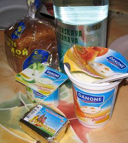 サンクト・ペテルブルグ、一日目の朝、スーパーで仕入れた朝食。ロシアの黒パン、ヨーグルト、クリームチーズ、スパークリングウォーター。たまねぎ教会の絵が書いてあるのがクリームチーズ。何か分からなかったのだけど、かわいいし、安いので買ってみた。水はなぜかまずい!今後一番安い水にこだわるのはやめ、Bon AquaかAqua Mineralを買うようにした。この二つはロシア以外でも見たことのある水だけど、Evianとかよりも安い。