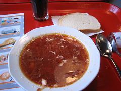 私はボルシチとパンとコーラ(約240円)を食べたのだけど、ボリュームたっぷりのスープで、味も良く大満足だった。<br />