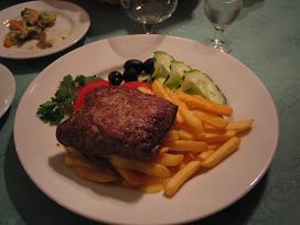 そしてメインはペテルブルグ風肉料理。どの辺がペテルブルグ風なのか良くわからないけど、ハムとたまねぎを刻んだものが牛肉に包まれている料理だった。つけあわせのフライドポテトがかなりおいしかった。値段は日本のレストランとあまり変わらない感じだけど、味と雰囲気がとてもよかったので、特別なときにお勧め。<br />