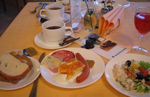 朝食は含まれていたので、レストランへ。ビュッフェ式でいろんなサラダとお茶系が充実。パンは乾燥気味でおいしくなかったのだけど、ハムを挟んでおもち帰り用サンドウィッチも作った。ゆっくりお茶やコーヒーを飲みながら、閉店の10時半まで粘る。