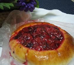 ペトロザヴォーツクの街中で買ったパンを夜行列車で夕食代わりに食べた。ベリーがたっぷりのっていて、甘酸っぱくておいしい!