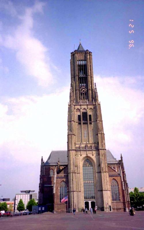 エウゼビウス大教会<br />これはとても高い教会でした♪<br />目の前の広場が何もなかったので写す事が出来ましたがこれも戦争の爪跡で、まともに再建されたのは教会とその背後の市庁舎だけではないのでしょうか?<br /><br />http://www.bnb-arnhem.nl/index-en.html