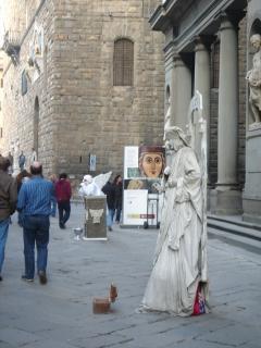 *美術館の前からPonte Vecchioへ*<br />美術館の前には彫刻に扮した大道芸人が並んでいました。じっとしている人がいると思えば、愛嬌たっぷりに動いている芸人もいて、それぞれ個性的でおもしろかったです。<br />お金を入れると動くので、みんなちゃりんちゃりんと入れていました。わたし?私は写真だけです(^^)