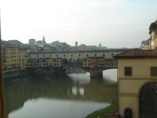 そして、川沿いに出てため息が出ました。川にかかったPonte Vecchioと川に映し出された橋、そして向こう側の景色がなんともいえずきれいでした。どこかで見たことがあるなぁ、と思ったらディズニーシーのモデルになっている橋ですよね。橋の上を歩いてみると、古い宝石店が左右に軒を連ねて並んでいます。<br />どこから写真をとってもきれいで・・。やっぱり川のある街はいいなぁ、なんて思ったのでした。本当はホテルに帰って一休みしようと思ったのに、きれいさに魅了されて川沿いをずーーっと歩いてしまいました。