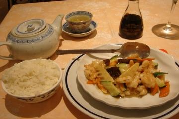 *夕飯は念願の・・・!?*<br />実は、私、イタリア料理が苦手です。いや、嫌いじゃないし好きなほうだと思うけど、毎日食べられないというか、もういっぱい食べたから他のものが食べたいって言うか。<br />とにかくごはんがたべたーーい!と思ってしまい、今日の夜は中華料理にしました。せっかくコックの人にお奨めのレストラン聞いてきたのに・・・ごめんなさいm(__)m。明日は頑張ってイタリア料理に復帰します。<br /><br />というわけで、「かにとアスパラガスのスープ」に「小えびと中華野菜の炒め物」と「白飯」と「お茶」を頼んでまつことしばらく。出てきた料理は、「かに」はかにかまだったり、「中華野菜」は「ズッキーニ」だったり「?」もありましたが、大満足!値段も13.5ユーロとお得感♪<br />あまりに、夢中になって舌をやけどしちゃいました。お茶も最後までぜーーんぶ飲みました。あのちいちゃい入れ物で。思わず「明日もきたいなぁ。」なんて思っちゃった自分に「だめだめ。ここはイタリア」と言い聞かせてお店を後にしました。<br />ちなみにこちらのレストラン「漢宮飯店 Il Mandalino」というお店です。