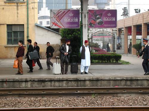 ここは義烏駅、用事が済んで上海へ。<br />いつもの15:20発N510(元K810)次を待っています。<br />向かい側、広州方面に居たアラブ系の人。。。テロリストちゃうやろな・・・(ーー;<br />