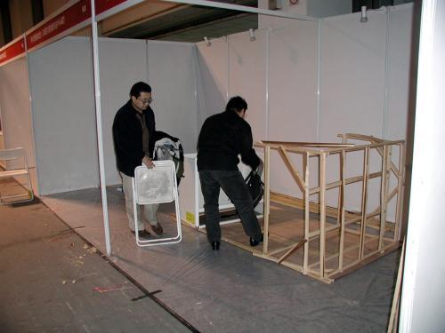 壁になる化粧ベニアに骨組みを打ち付けながら、余分な角材で爺ぃの作業テーブルを造った。<br />大きすぎたかな・・・