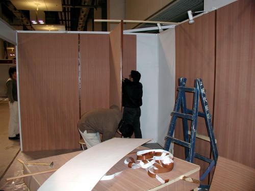 壁面の化粧ベニアは全て完成。<br />この小部屋みたいな物は在庫や道具などの物置スペース。<br />骨組みがないので、斜交いや筋交いを自作。<br />