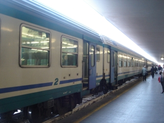 電車に乗るためには、電光掲示板で何番のプラットフォームに来るのか見て、向かいます。やーーっぱり汚い電車ですが、ICE(ヨーロッパで一番速い電車)に乗らない限り、期待は出来ません。一応駅員さんに「アレッツォに行く?」と確認をして2nd classに乗り込みます。<br />電車のたびもなれたものです。