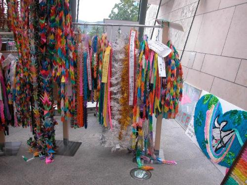 こちらも、平和を祈る折鶴。長崎原爆資料館の入口に飾られている。