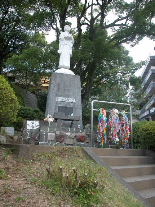 慰霊碑と折鶴が至るところにある。