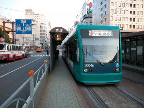 路面電車を原爆ドーム前で降りる。