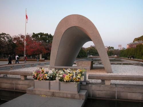 平和記念公園の原爆慰霊碑。<br />「安らかに眠って下さい<br /> 過ちは繰返しませぬから」<br />と刻まれている。