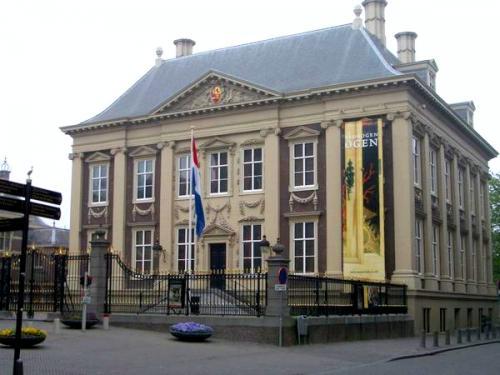 マウリッツハイス王立美術館 <br />フェルメール展当時は入口前にテントが100m位張ってあり普段と全く違う雰囲気でした♪<br />マウリッツハウス美術館URL<br />http://www.mauritshuis.nl/<br />マウリッツハウス美術館日本語案内 http://www.holland.or.jp/nbt/holland_haag_mauritshuis_museum.htm