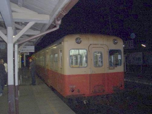 <小湊鉄道上総牛久駅><br />2005年12月17日(土)23時30分頃に到着しました。<br />茨城県ではない、千葉県の牛久[うしく]です。<br />JR内房線の五井[ごい]駅で乗り換えたのですが、上総牛久駅から先は1時間に1本程度しか電車は走っていません。<br />よく時刻表を調べて出発したほうが良いでしょう。