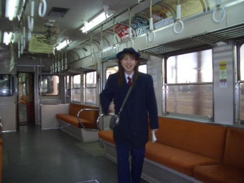 <小湊鉄道の車内><br />明けて12月18日(日)7時頃。<br />可愛らしい女性の車掌さんでした。<br />浮かれて1枚撮らせて頂きました。<br />帰りも若い女性の車掌さんだったけど、同じ人だったのかなぁ?