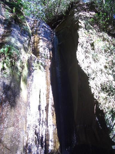 <名も無き滝><br />ただ「滝」と書かれた案内に従って道路からそれて行くとすぐに滝に着きました。