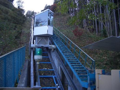 <喜連川>お丸山公園>シャトルエレベーター><br />2005年11月12日(土)15時45分頃です。<br />形は似ていても決して「ケーブルカー」ではありません。<br />やはり、上の車両と下の車両がケーブルで繋がっていて、単線ながら途中の複線区間で、2つの車両が入替わるのが「ケーブルカー」ですよね?<br />車両(と呼んで良いのか?)は1両きりです。<br />呼ばれて上に行ったり下に来たり。<br />もちろん上では「スカイタワー」に登りました。<br />2つの川に育まれた土地の成り立ちが良く分かる風景でした。<br />でも、それよりも「お丸山公園」の喜連川公方の城跡の空掘がいい感じでした。