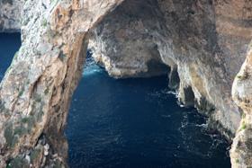 マルタの「青の洞門」波が高く船が出ないと時はこの丘の上から眺めるだけになる。此処から見えるのは洞門の一部だけ。