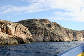 船着場から小舟に乗って先方に見える大きな岩の波際に洞窟がある。風があると小舟は大きく揺れる。