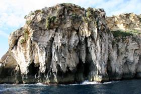 風雨に晒されて浸食した岩・・