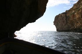 洞内から外洋を見るとこんな感じ・・