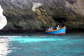 この様な小舟に8−9名乗って洞内を周遊する。