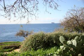 丘の上から眺める風景も美しい。遠方に小さなFILFLA島が見える。