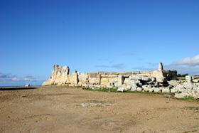 世界遺産・バガール・イム神殿。BC 3,600-2,500年のもの。巨石に囲まれた神殿である。