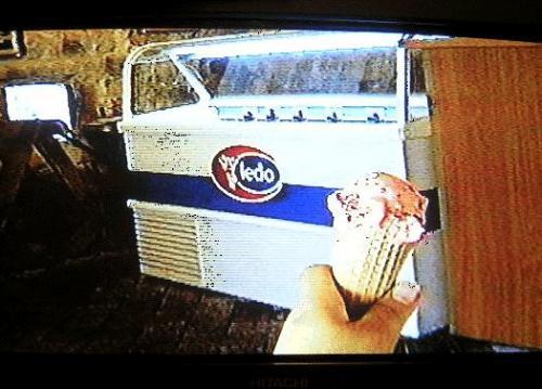 ←◆『城壁の途中にあった休憩所にて♪』(※ビデオ画像)<br /><br />この坂を登りきった所に「峠の茶屋」ならぬ<br />「飲物とアイスクリームを売る店」があって、<br /><br />アイスを買い、早速休憩しちゃいましたよ(笑)