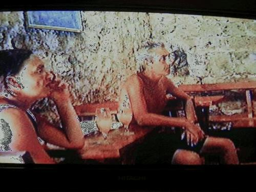 ←◆『城壁の休憩所にいた二人♪』(※ビデオ画像)<br /><br />城壁ツアーでは日陰になる部分が皆無に等しい(汗)<br />でもこのカフェに寄って5クーナのアイスを食べて<br /><br />日陰で少し元気になって、また城壁を歩きました♪