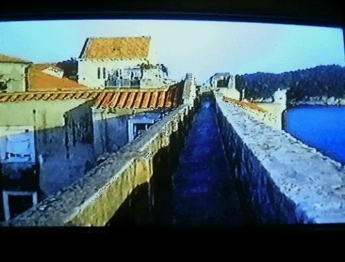 ←◆『海側の城壁は・・こんな感じ♪』(※ビデオ画像)<br /><br />海側の城壁の上も・・かなーりコワいですよぉ〜(笑)<br />右側は絶壁の城壁で、下はそのまま海になっています。<br />不思議な事に風の音だけで波の音は全く聞こえません。<br />