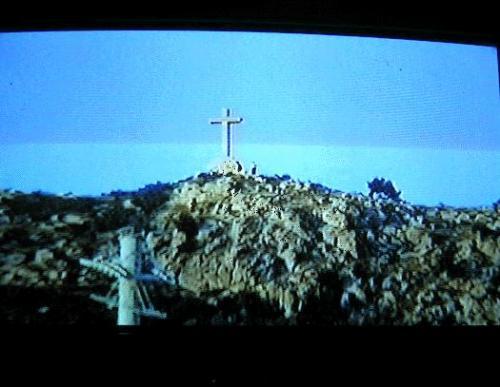 ←◆『スルジ山の十字架の横に人影が♪』(※ビデオ画像)<br /><br />ビデオでスルジ山の上の十字架を撮影していたら・・<br />十字架の横に人影が見えました!昔はロープウェイで<br />上まで行けましたが、今は内戦で破壊されたままとか?