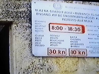 ←◆『城壁ツアーは8時〜18時半とある♪』(※ビデオ画像)<br /><br />ホテルから急いで坂を下ってプロチェ門を入ると、<br />すぐ左側には「城壁への入口」がありました〜☆<br /><br />表示には8時〜18時半となっていましたよ!(^_^;