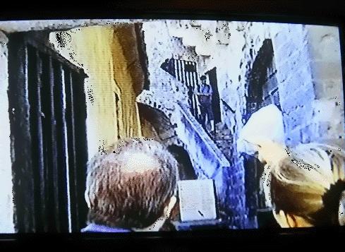 ←◆『城壁ツアーの入口にて♪』(※ビデオ画像)<br /><br />私の前にいた二人組が・・中々入口から動いてくれず<br />二人の頭越しに城壁の入口の処の階段を撮影しました。<br />ま、結局この二人の後を歩く事になったんですが(笑)